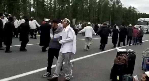 На українсько-білоруському кордоні співали і танцювали паломники, які застрягли між КПП (ВІДЕО)