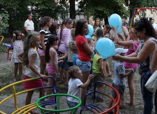 """Як гриби після дощу. У черкаських дворах """"ростуть"""" дитячі майданчики, фото-1"""