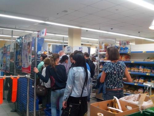 О першій годині ночі у черкаському магазині люди скуповували все, фото-1
